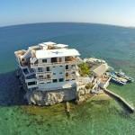Residência é construída sobre rochas no mar do Caribe. Vem conhecer!